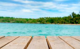 Produktu pokaz dla lato promocji Drewniany most na zamazanej wodzie, kokosowy drzewo i piasek, wyrzucać na brzeg Pusta przestrzeń fotografia stock