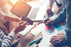 Produktu spotkanie Nowa strategia marketingowa brainstorming Rozpoczęcie w otwartej przestrzeni biurze obraz stock