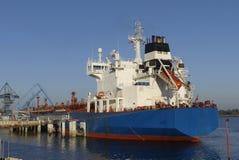 Produktu tankowiec w operacjach przy terminalem naftowym Lorient, Francja Zdjęcia Stock