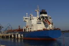 Produktu tankowiec w operacjach przy terminalem naftowym Lorient, Francja Obrazy Royalty Free