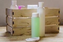 Produkty dla ciała dbają, prysznic gel, szampon, kąpielowe sole Różowy kolor obraz stock