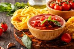 Produkty dla gotować - pomidorowy kumberland, makaron, pomidory, czosnek Zdjęcia Stock