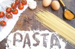 Produkty dla kulinarnego makaronu Pomidor, jajko, spaghetti, czosnek, pietruszka, pikantność Obrazy Royalty Free