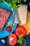 Produkty dla przygotowania makaronu bolończyk Minced mięso, pomidory, spaghetti, basil, Parmezański ser, pikantność Obraz Stock
