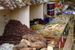 Produkty dla sprzeda?y w wioska rynku blisko historycznego miasta Lijiang, Yunnan, Chiny - ziarna i kwiat esencje - fotografia stock