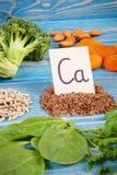 Produkty i składniki jako źródło wapnie i żywienioniowy włókno, zdrowy odżywianie zdjęcia stock