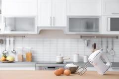 Produkty, melanżer i zamazany widok kuchenny wnętrze, zdjęcia royalty free