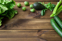 Produkty zawiera folic kwas - B9 witamina Zieleni warzywa na drewnianym tle Seler, avocado, Brukselskie flance Obrazy Stock