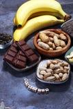 Produkty zawiera magnez: banany, dyniowi ziarna, nerkodrzew nu fotografia royalty free