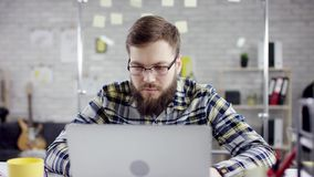 Produktywnego uorganizowanego biznesmena oparta z powrotem kończy biurowa praca na laptopie, wydajny kierownik satysfakcjonował z zbiory wideo