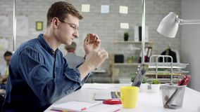 Produktywnego zmęczonego biznesmena oparta z powrotem kończy biurowa praca na laptopie, wydajny kierownik satysfakcjonował z spot zbiory wideo