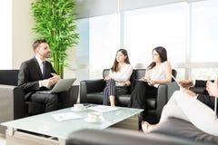 Produktywny spotkanie Trzymający W biuro lobby zdjęcie stock