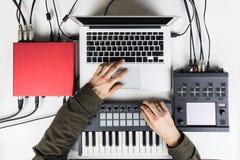 Produkujący nowożytną muzykę i mieszający, rytm robi audio zawartości z oprogramowanie kontrolerami i układa zdjęcia stock