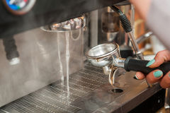 Produrre caffè fresco Fotografie Stock
