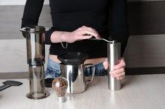 Produrre caffè fresco in Aeropress Fotografie Stock Libere da Diritti