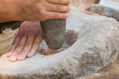 Produrre farina in un modo tradizionale per l'era neolitica Fotografia Stock Libera da Diritti