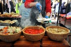 Produrre gli hamburger a Londra al mercato di Broadway Fotografia Stock