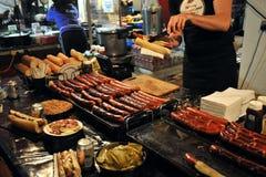 Produrre hot dog in Bricklane ad un mercato di Londra Fotografia Stock