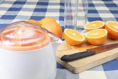 Produrre i succhi d'arancia Fotografie Stock Libere da Diritti