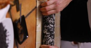 Produrre i sushi di ura-maki stock footage
