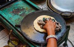 Produrre il pane di Roti al ristorante locale fotografie stock