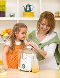 Produrre il succo di frutta con la mamma Fotografia Stock Libera da Diritti