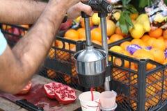 Produrre il succo fresco del melograno Immagine Stock Libera da Diritti