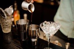 Produrre irish coffee in un ristorante operato Fotografia Stock Libera da Diritti