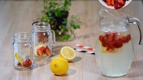 Produrre la limonata casalinga fresca della fragola in una brocca archivi video