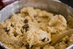 Produrre la pasta del biscotto Fotografie Stock Libere da Diritti