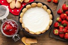 Produrre la torta di formaggio della fragola fotografie stock libere da diritti