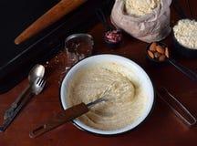 Produrre le pasticcerie dei biscotti del cece con le mandorle ed il tè è aumentato petali Dolci orientali tradizionali Il glutine fotografia stock libera da diritti