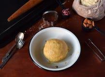 Produrre le pasticcerie dei biscotti del cece con le mandorle ed il tè è aumentato petali Dolci orientali tradizionali Il glutine fotografie stock libere da diritti