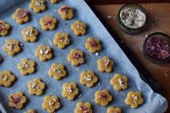 Produrre le pasticcerie dei biscotti del cece con le mandorle ed il tè è aumentato petali Dolci orientali tradizionali Il glutine fotografia stock