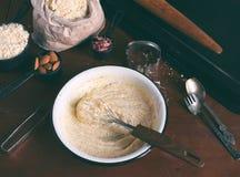 Produrre le pasticcerie dei biscotti del cece con le mandorle ed il tè è aumentato petali Dolci orientali tradizionali Il glutine immagini stock libere da diritti