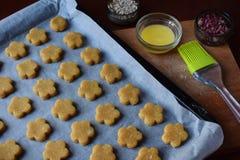 Produrre le pasticcerie dei biscotti del cece con le mandorle ed il tè è aumentato petali Dolci orientali tradizionali Il glutine immagine stock