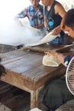 Produrre le tagliatelle di riso Immagini Stock Libere da Diritti