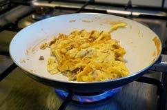 Produrre le uova scrumbled in una pentola Immagini Stock