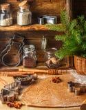 Produrre pan di zenzero tradizionale Natale Nuovo anno Pasta cruda, tagliando biscotto ed i condimenti sulla tavola Fotografia Stock