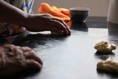 A produrre pane con il vecchio metodo tradizionale in Tailandia immagini stock