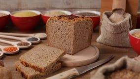 Produrre pane integrale tradizionale con i grani a terra freschi stock footage