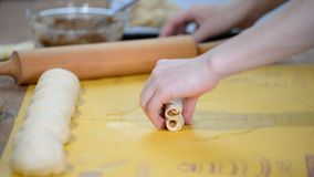 Produrre panino dolce in forma di cuore casalingo Processo di cottura stock footage