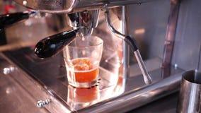 Produrre succo fresco nei grandi spremiagrumi d'acciaio in un video 4K del caff? della citt? al rallentatore stock footage