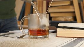 Produrre tè durante lo studio dell'università archivi video