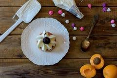 Produrre un dessert con frutta e la caramella Immagini Stock