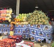 Produrre una frutta di vendita vivente Immagini Stock Libere da Diritti