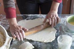 Produrre una torta con il materiale da otturazione della cagliata immagini stock libere da diritti