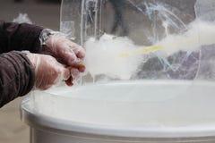 Produrre zucchero filato bianco in macchina dello zucchero filato Fotografia Stock Libera da Diritti