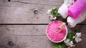 Produto orgânico dos termas ou do bem-estar Sal cor-de-rosa do mar na bacia, toalhas Fotos de Stock Royalty Free
