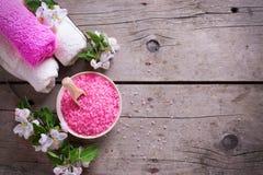 Produto orgânico dos termas ou do bem-estar Sal cor-de-rosa do mar na bacia, toalhas Imagem de Stock Royalty Free